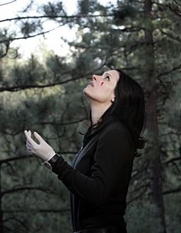Paget Brewster in una sequenza dell'episodio 'Stagione di caccia' della serie televisiva Criminal Minds