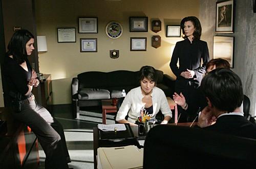 Paget Brewster insieme a Irina Davidoff e Kate Jackson in una scena dell'episodio 'Il codice dei ladri' della serie televisiva Criminal Minds