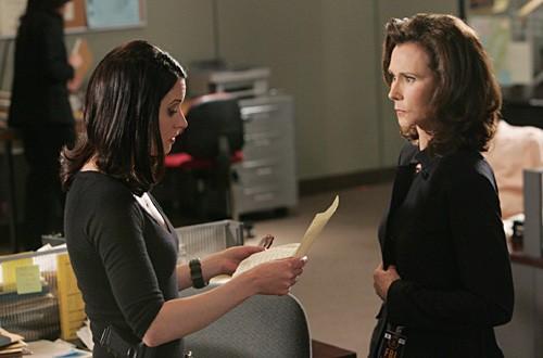 Paget Brewster insieme a Kate Jackson in una scena dell'episodio 'Il codice dei ladri' della serie televisiva Criminal Minds
