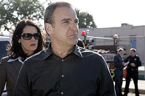 Paget Brewster insieme a Mandy Patinkin nell'episodio 'Cenere e polvere' della serie tv Criminal Minds