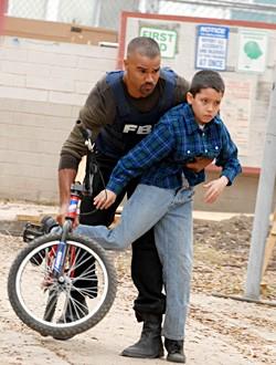 Shemar Moore in una scena drammatica dell'episodio 'Angoscia' della serie tv Criminal Minds