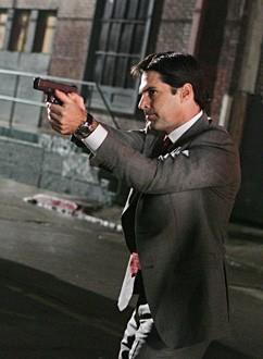 Thomas Gibson in una scena d'azione dell'episodio 'Note Mortali' della serie tv Criminal Minds