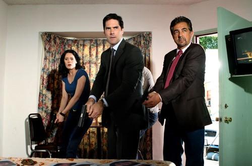 Thomas Gibson, Paget Brewster e Joe Mantegna nell'episodio 'Mi hai visto?' della serie tv Criminal Minds