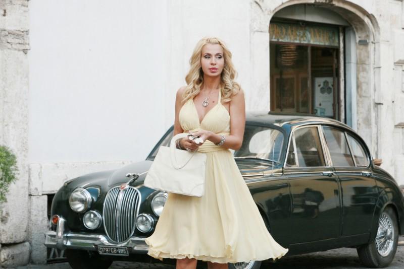 Valeria Marini in una scena della serie TV Piper