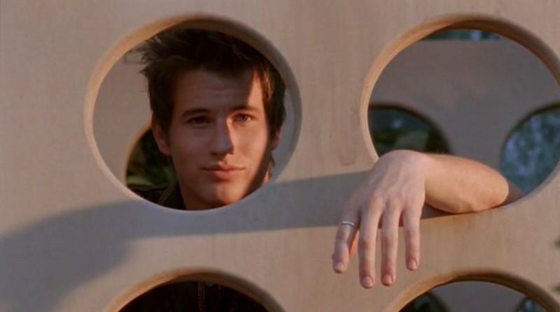 Brendan Fehr è Michael nell'episodio 'Una vita normale' di Roswell