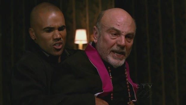 Carmen Argenziano e Shemar Moore in una scena d'azione nell'episodio 'Demonology' della quarta stagione di Criminal Minds