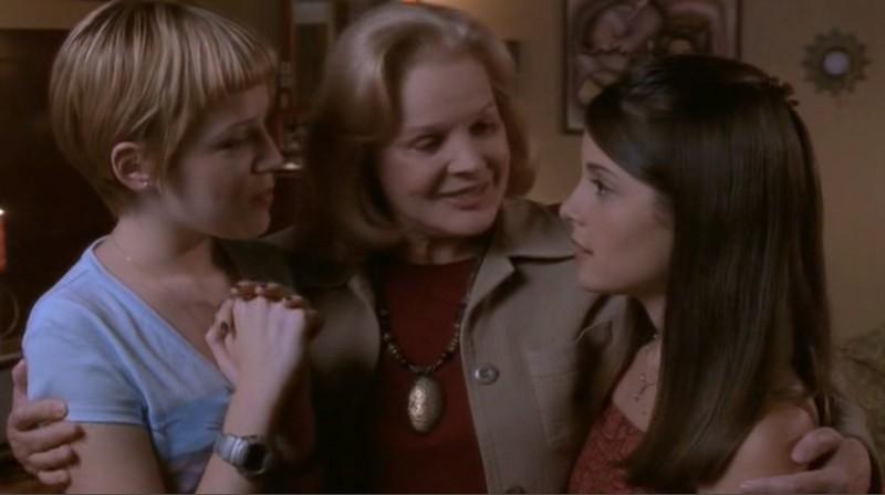 Carroll Baker è Nonna Claudia insieme a Maria e Liz (Majandra Delfino e Shiry Appleby) nell'episodio 'Una vita normale' di Roswell