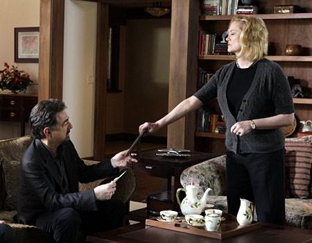 Cybill Shepherd con Joe Mantegna nell'episodio 'Il conforto della morte' della serie tv Criminal Minds