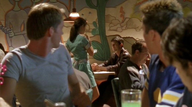 Gli amici di Kyle osservano Max (Jason Behr) e Liz (Shiri Appleby) nell'episodio 'Una vita normale' di Roswell