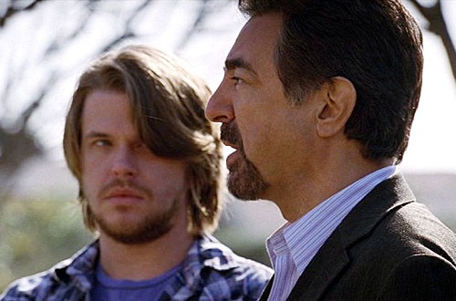 In primo piano Joe Mantegna insieme a David Tom in una scena dell'episodio 'Il tassello mancante' della serie tv Criminal Minds