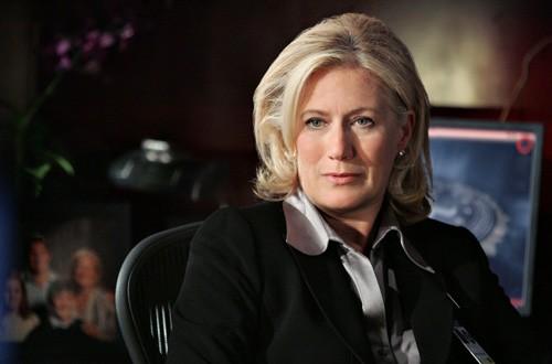 Jayne Atkinson nel ruolo del Direttore Strauss nell'episodio 'Mi hai visto?' della serie tv Criminal Minds