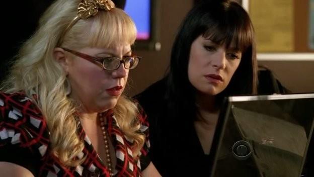 Kirsten Vangsness con Paget Brewster nell'episodio 'Zoe's Reprise' della serie televisiva Criminal Minds