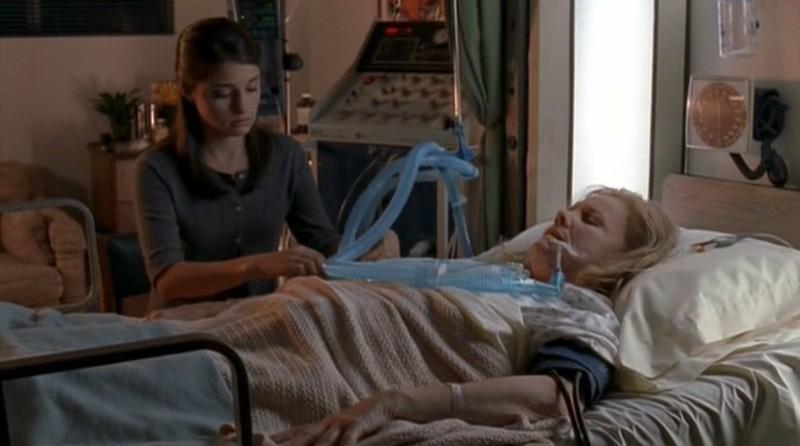 Liz (Shiri Appleby) con nonna Claudia (Carroll Baker) nell'episodio 'Una vita normale' di Roswell