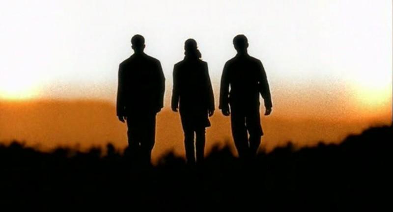 Max, Isabel e Michael nei titoli di testa dell'episodio 'Il diario scomparso' di Roswell