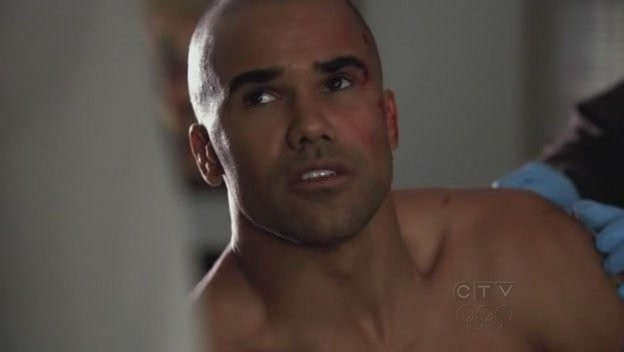 Shemar Moore viene curato da un paramedico nell'episodio 'Omnivore' della quarta stagione di Criminal Minds