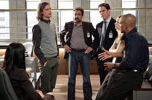 Thomas Gibson con Matthew Gray Gubler, Joe Mantegna e gli altri membri del cast in una scena dell'episodio 'Tabula Rasa' della serie tv Criminal Minds