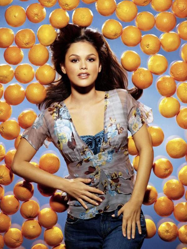 Foto promo di Rachel Bilson tra le arance per la serie The O.C.