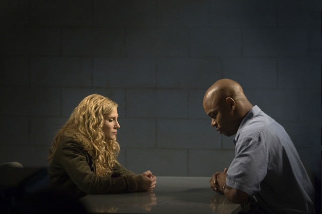 Holly Hunter e Bokeem Woodbine in una scena dell'episodio I Believe in Angels di Saving Grace