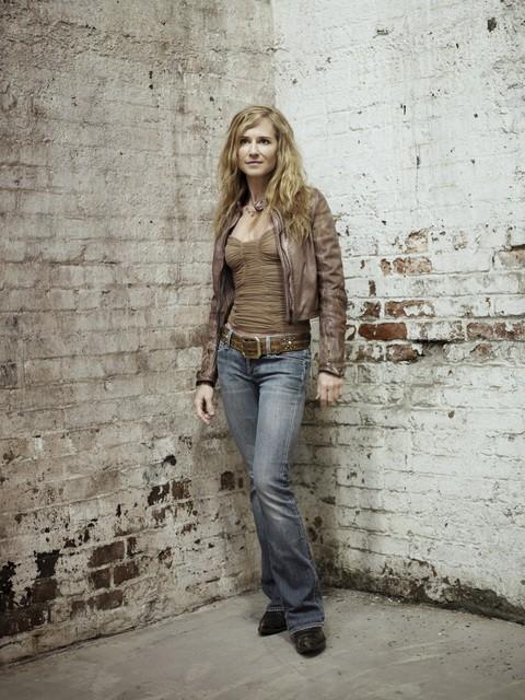 Holly Hunter in una foto promozionale della seconda stagione di Saving Grace