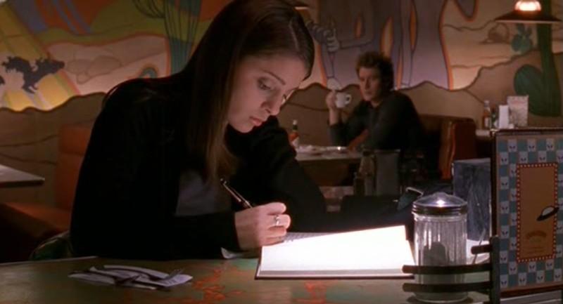 Liz Parker (Shiri Appleby) scrive sul suo diario nell'episodio 'Il diario scomparso' di Roswell