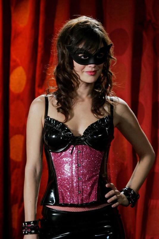 Rachel Bilson in costume e mascherina per la serie The O.C.