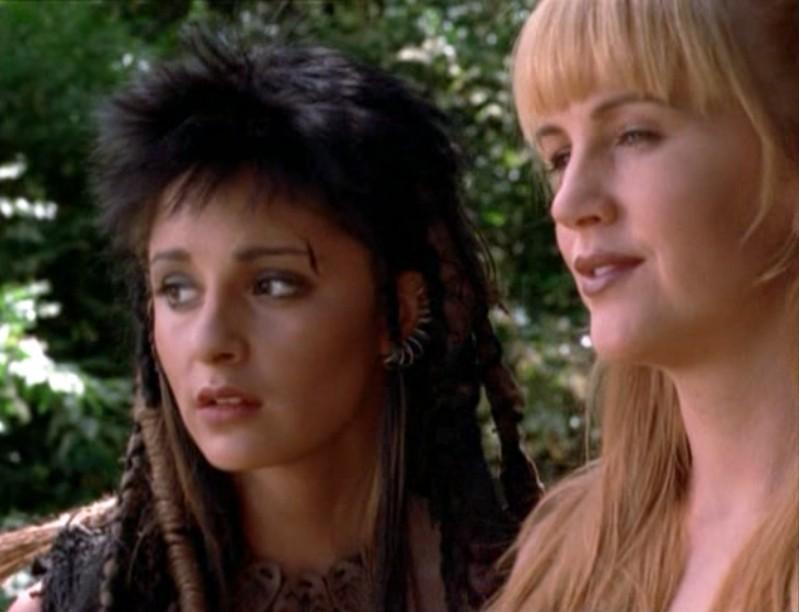 Shiri Appleby e Renée O'Connor nella puntata 'Xena e l'anfora di Apollo' della 3 serie di Xena