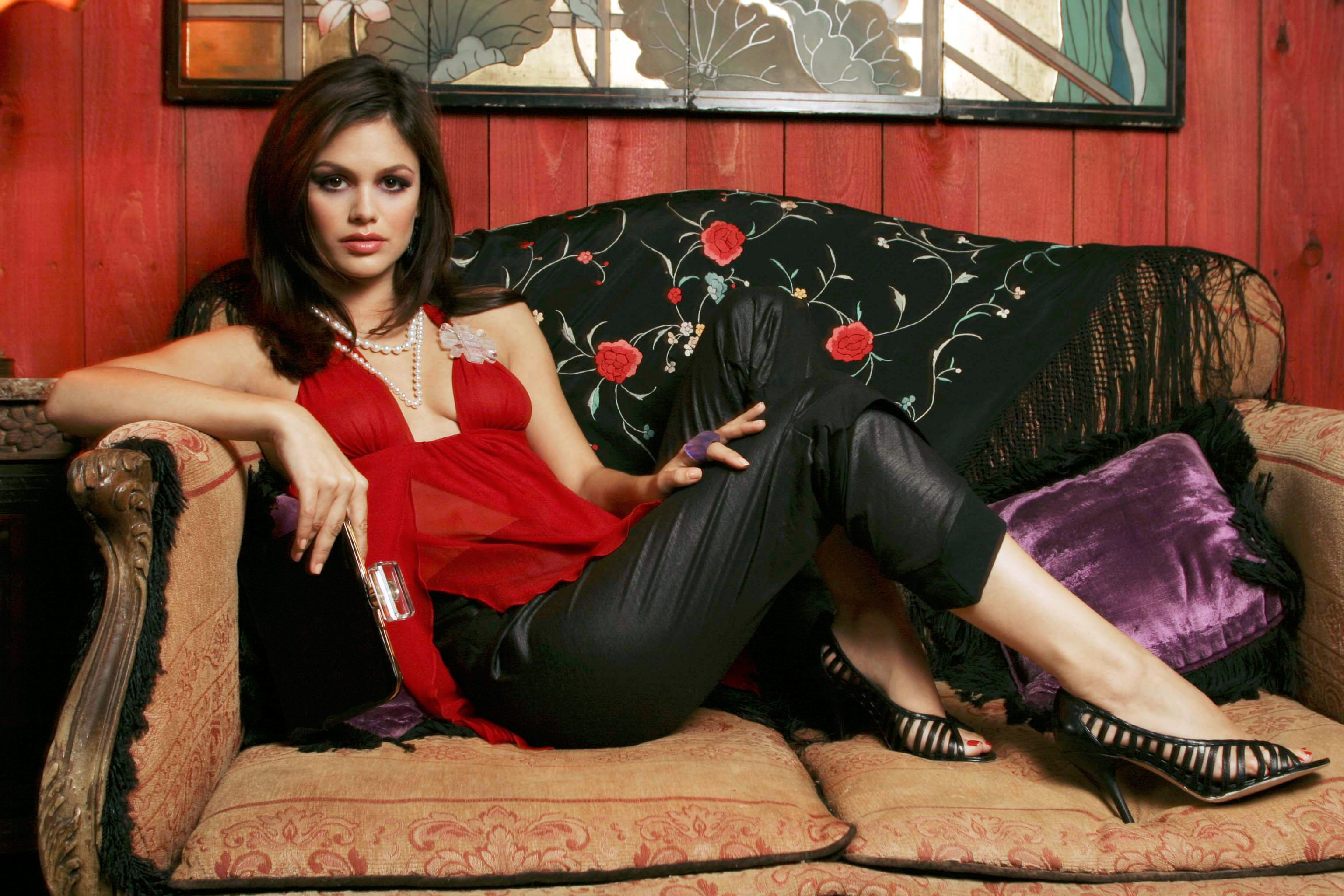 Wallpaper: Rachel Bilson sul divano