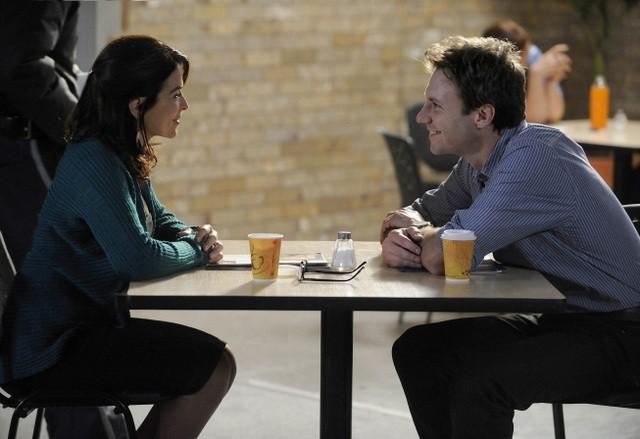 Chris Vance ed Annabella Sciorra in una scena della serie Mental