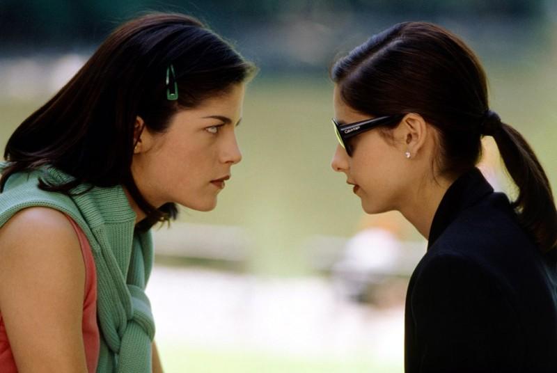 Selma Blair e Sarah Michelle Gellar in una scena del film 'Cruel Intentions'
