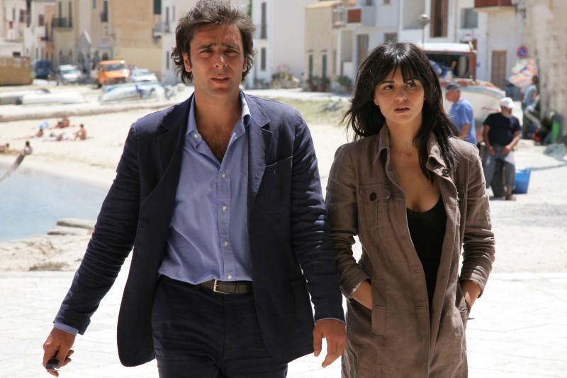 Adriano Giannini con Romina Mondello in una sequenza d'azione della serie televisiva L'isola dei segreti