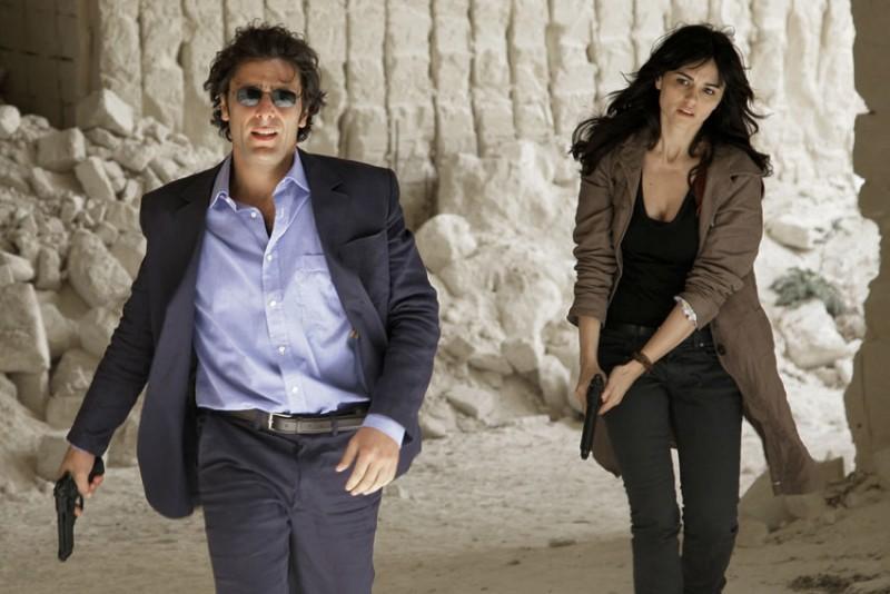 Adriano Giannini e Romina Mondello in una sequenza d'azione della serie televisiva L'isola dei segreti