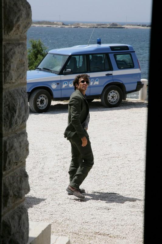 Adriano Giannini in una sequenza d'azione della serie televisiva L'isola dei segreti