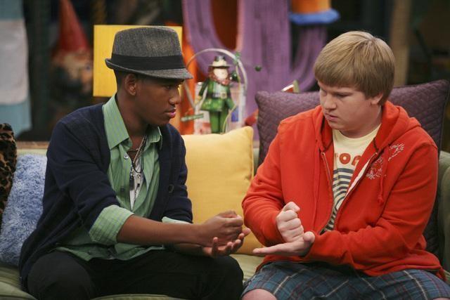 Brandon Smith e Doug Brochu in una scena dell'episodio Promises, Prom-Misses di Sonny tra le stelle