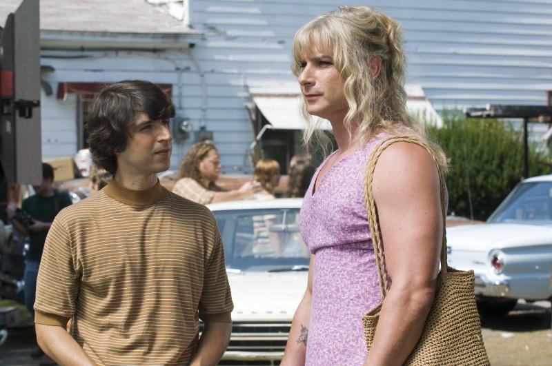 Demetri Martin e un irriconoscibile Liev Schreiber in una immagine del film Taking Woodstock