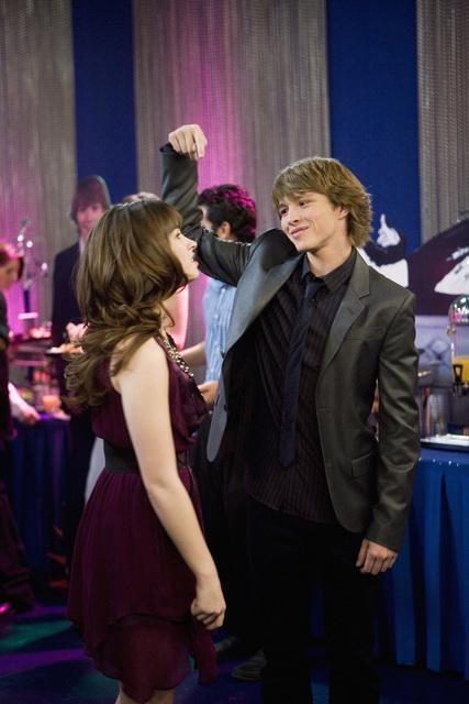 Demi Lovato e Sterling Knight in una scena dell'episodio Three's Not Company di Sonny tra le stelle
