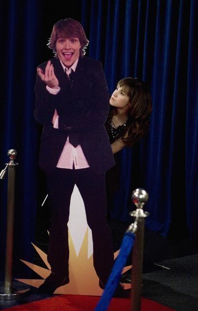 Demi Lovato e Sterling Knight nell'episodio Three's Not Company di Sonny tra le stelle