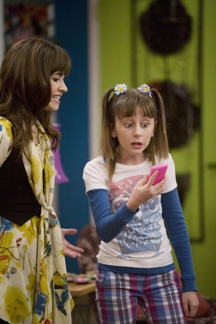 Demi Lovato ed Allisyn Ashley Arm in una scena dell'episodio Poll'd Apart di Sonny tra le stelle
