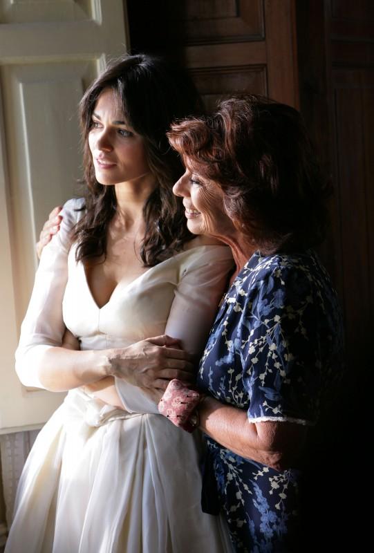 Romina Mondello con Giovanna Ralli nella serie tv L'isola dei segreti