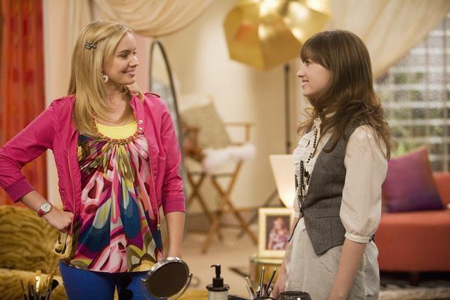 Tiffany Thornton e Demi Lovato in un momento dell'episodio Cheater Girls di Sonny tra le stelle