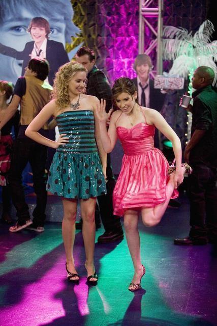 Tiffany Thornton ed Eden Sher in una scena dell'episodio Three's Not Company di Sonny tra le stelle