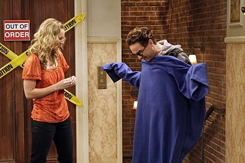 Johnny Galecki e Kaley Cuoco in una scena dell'episodio The Monopolar Expedition di The Big Bang Theory