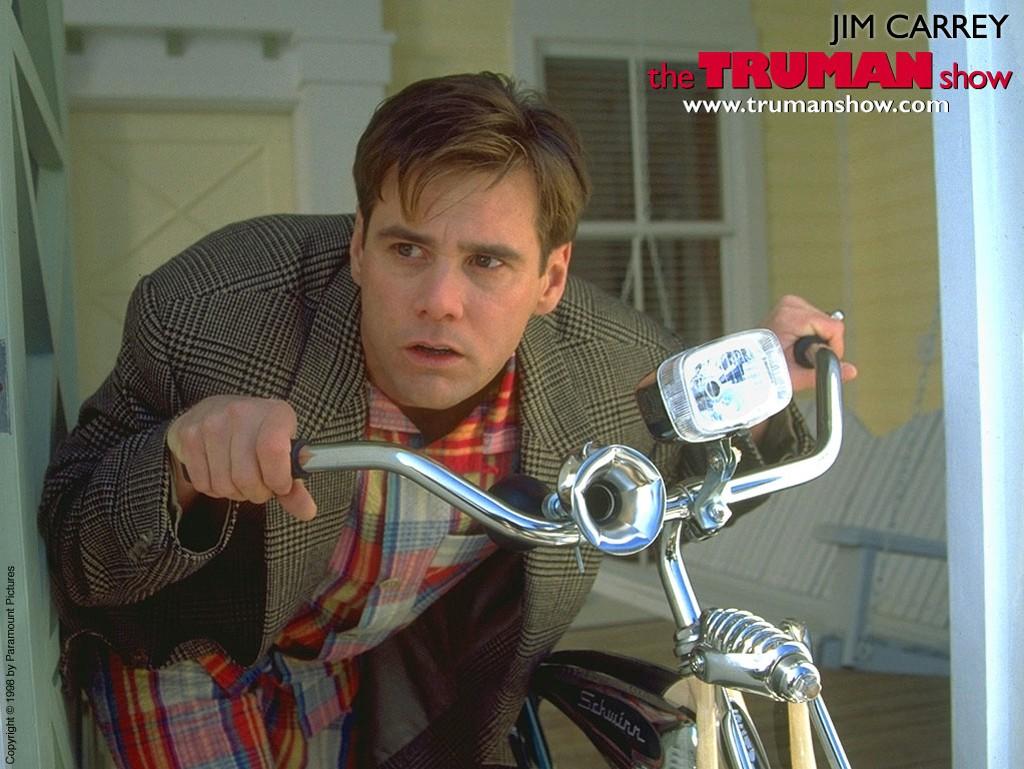 Un wallpaper di Jim Carrey su bici per il film 'The Truman Show'