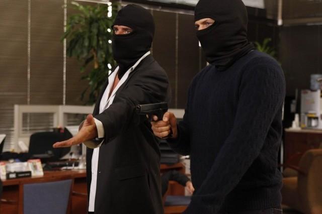 Wentworth Miller e Dominic Purcell mascherati in una scena dell'episodio Cowboys and Indians di Prison Break