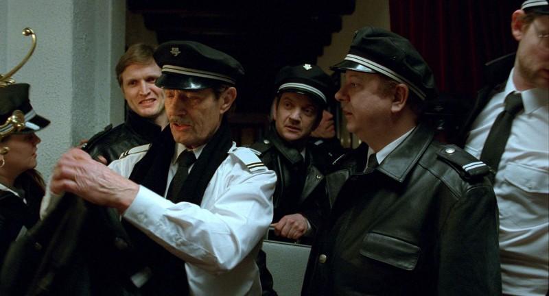 Baard Owe in una scena del film Il treno del signor Horten