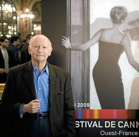 Gilles Jacob davanti al manifesto ufficiale della 62esima edizione del Festival di Cannes