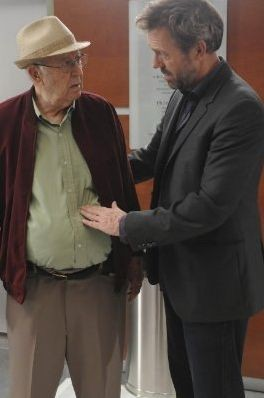 Hugh Laurie e Carl Reiner in una scena di Both Sides Now da Dr. House: Medical Division