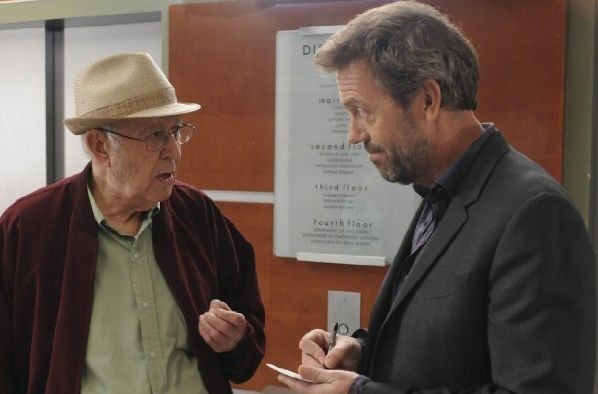 Hugh Laurie e Carl Reiner in una scena di Both Sides Now di Dr. House: Medical Division
