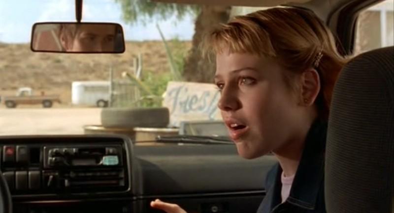 Maria (Majandra Delfino) in auto con Michael nell'episodio 'Statale Sud 285' di Roswell