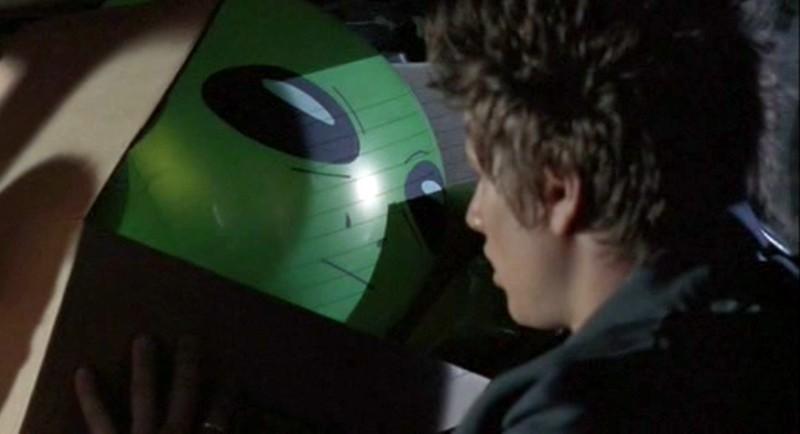 Michael (Brendan Fehr) e un pupazzo alieno nell'episodio 'Statale Sud 285' di Roswell