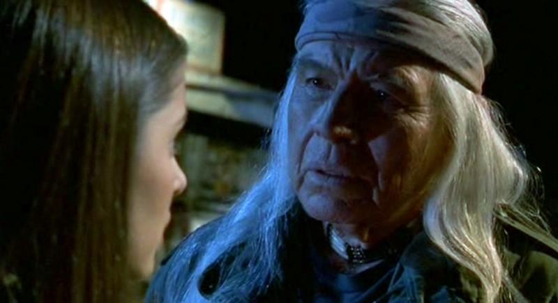 River Dog (Ned Romero) parla a Liz Parker (Shiri Appleby) nell'episodio 'River Dog' di Roswell
